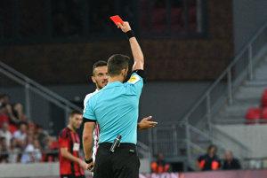 Rozhodca Ivan Kružliak udeľuje červenú kartu Martinovi Šulekovi.
