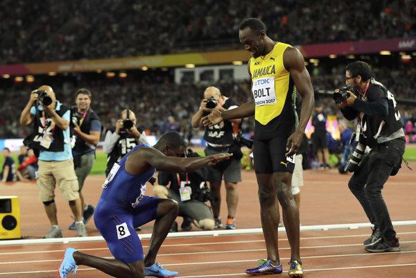Justin Gatlin (vľavo) sa klania Usainovi Boltovi po šprinte na MS 2017.