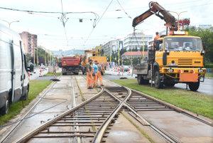 Konečná. Električky v smere od kruhového objazdu majú pred križovatkou Trieda SNP – Toryská od nedele konečnú.