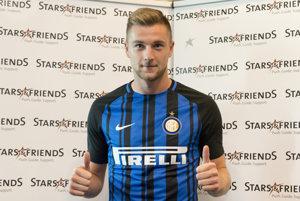 Milan Škriniar pózuje po prestupe do Interu Miláno.