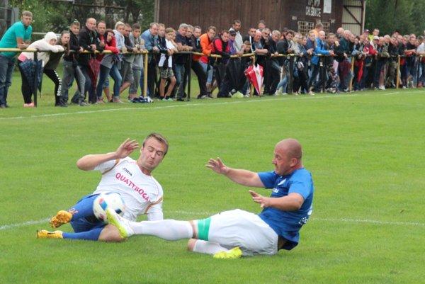 V derby medzi Chlebnicami a Nižnou sa hralo tvrdo o každú loptu.