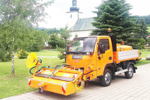 Viacúčelové vozidlo poslúži na zametanie, prevoz materiálu aj zavlažovanie.⋌FOTO: ARCHÍV OcÚ