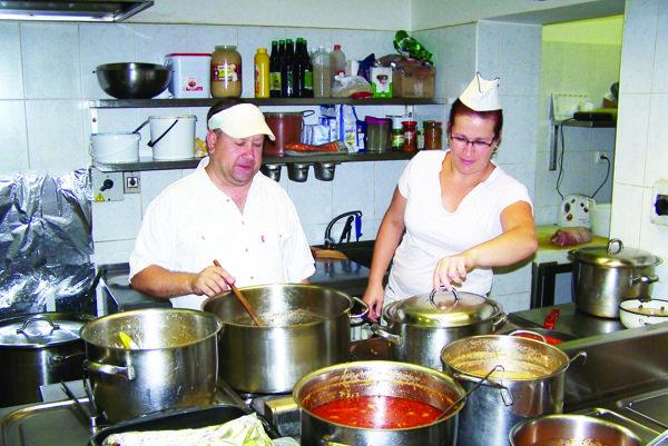 Kuchári Miroslav a Lenka si už na teplo v kuchyni zvykli.