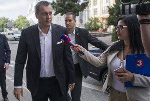 Krízu spustil predseda SNS Andrej Danko.