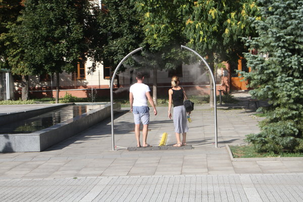 V Šali na námestí je kropiaca brána.