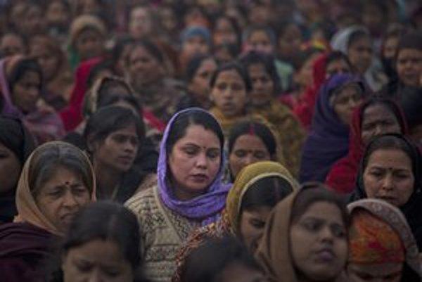 Indické ženy sa modlia za obeť znásilnenia.