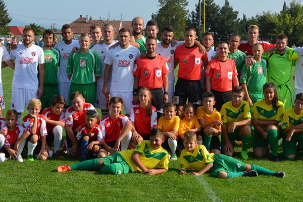 Spoločná fotka oboch tímov pred zápasom.