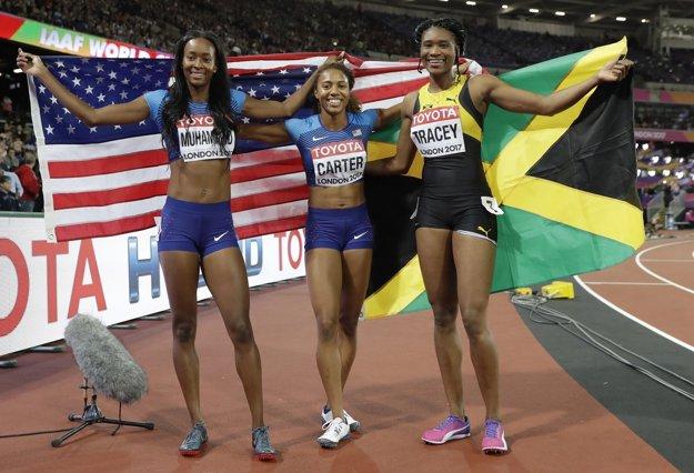 Zľava strieborná Dalilah Muhammadová, zlatá Kori Carterová a bronzová Ristananna Traceyová.