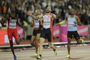 Ramil Gulijevcdvíha ruky a oslavuje triumf v behu na 200 metrov.