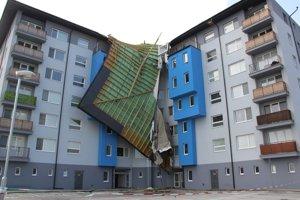 Strhnutá strecha na bytovke na ulici Cesta mládeže v Malackách.