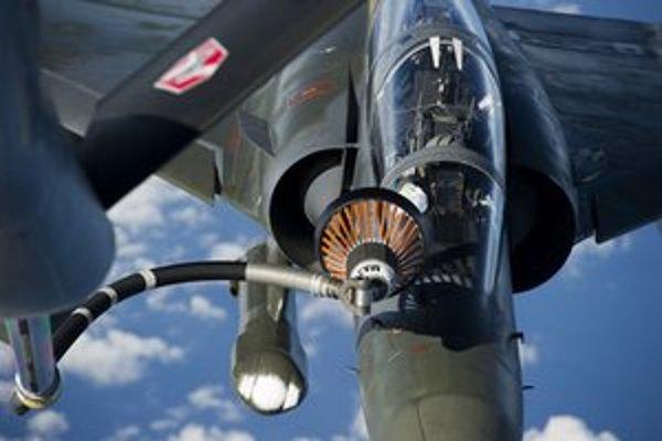 Franúczska stíhačka Mirage dopĺňa palivo počas letu na ceste do N'Djameny.