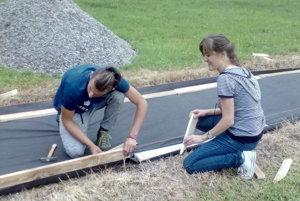 Prišli pomôcť aj Janko a Veronika - bývalí žiaci školy.