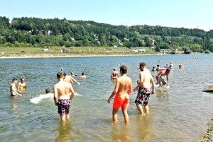 Hokejové nádeje. Juniori sa po tréningoch chodia schladiť do prírodnej vody. Vraj je to tá naj regenerácia.