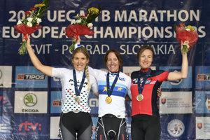 Na snímke zľava druhá Španielka Claudia Cotrina Galiciová, víťazka Rakúšanka Christina Kollmannová a tretia jej krajanka Angelika Tazreiterová na stupni víťazov v kategórii Elite.