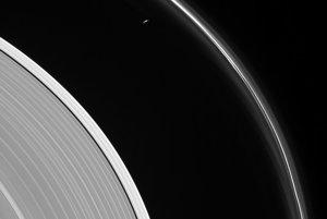 Tenký pásik Saturnovho mesiaca Prometheus pri prstenci F.
