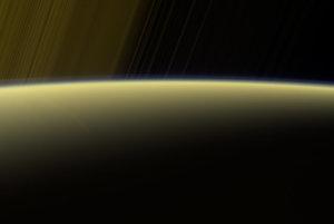 Pohľad na prstence ponad osvetlený horizont Saturnu.