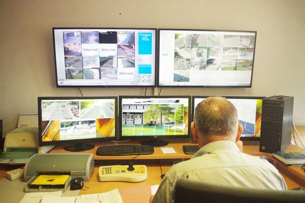 Monitorovanie situácie v meste na mestskej polícii.