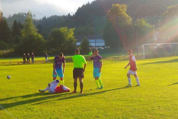 Počas zápasu medzi Iľanovom aSvätým Krížom. FOTO: D. GREGOCKI