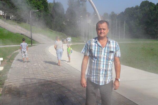 Riaditeľ organizácie ZAaRES Ivan Šabo pri vodnej hmle v Parku SNP.