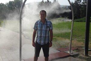 Ivan Šabo pri vodnej hmle v Parku SNP.