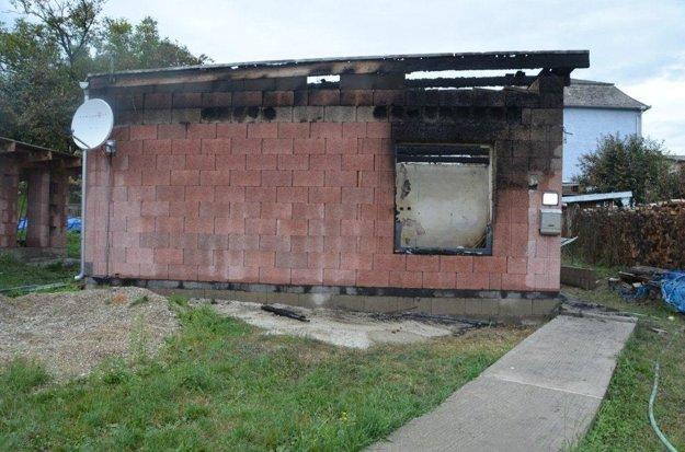Požiarom zničená novostavba.