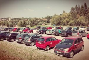 Parkovisko na Bukovci. Býva často plné áut.