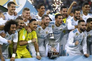 Hráči Realu Madrid s trofejou.