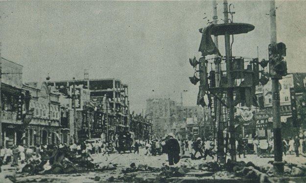 Zničené centrum Šanghaja po bombardovaní.