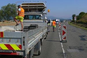 """Dopravné značenie spolu so semaformi sa na  """"tankodrome"""" inštalovali vo štvrtok ráno."""