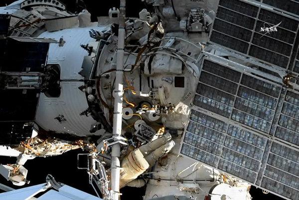 Astronauti vo vesmíre počas výstupu.