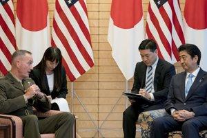 Americký generál Joseph Dunford (vľavo) a japonský premiér Šinzó Abe (vpravo).