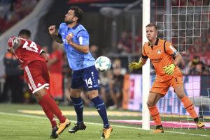 Corentin Tolisso prekonáva obranu Bayeru Leverkusen.