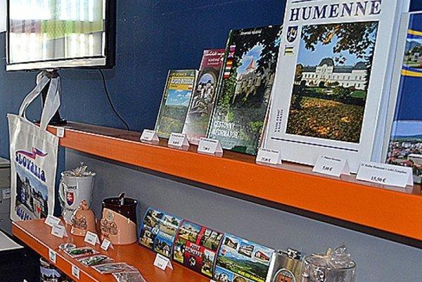 Humenské infocentrum ponúka aj suveníry.