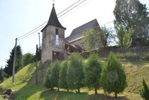 Kostol je na opevnenom vrchu.