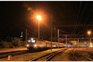 18-vozňový vlak RegioJetu pri svojej ceste do Rumunska zastavil na niekoľko minút aj v Bratislave, 16. augusta 2017.