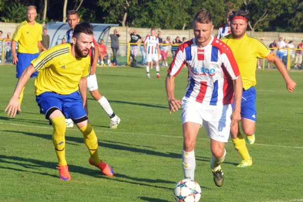 Hráči Šoporne (v žltom) vyhrali na úvod sezóny oba domáce zápasy a sú na čele tabuľky.