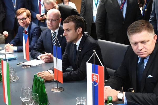 Robert Fico s francúzskym prezidentom Macronom a českým premiérom Sobotkom.
