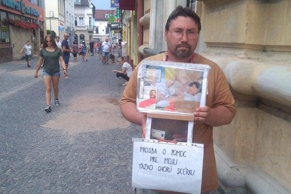 František neváhal a postavil sa na ulicu.