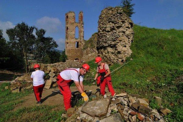 Hrad prechádza rozsiahlou obnovou.