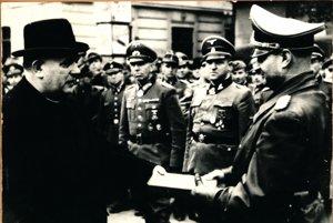 Jozef Tiso odovzdáva dar nemeckému veliteľovi Slovenska generálovi Hofflemu za potlačenie Slovenského národného povstania v Banskej Bystrici v októbri 1944.
