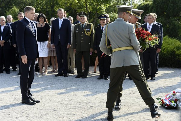 Premiér Fico kladie vence pri pamätník počas osláv 73. výročia Slovenského národného povstania na Jankovom Vŕšku.
