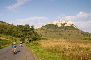 Zvolenskí cyklisti pri vlaňajšom výstupe na Spišský hrad.