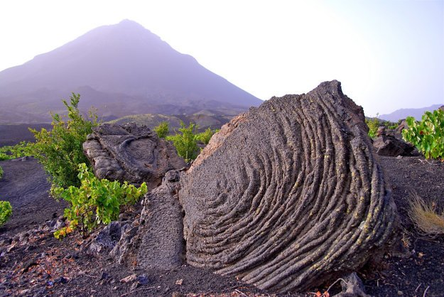 Ostrov Fogo láka aktívnou sopkou a kamennými útvarmi.
