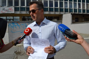 Ján Kučeravý. Výkonný riaditeľ Nexis Fibers ukázal médiám uhradené faktúry za užívanie Haly A.
