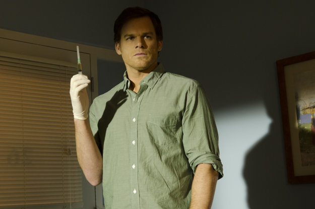 Dexter Morgan začína svoj vražedný rituál.