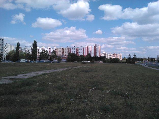 Parcely mesta na KVP. O momentálne zanedbanú zelenú plochu majú záujem viacerí developeri. Väčšinu pozemkov vlastní mesto.