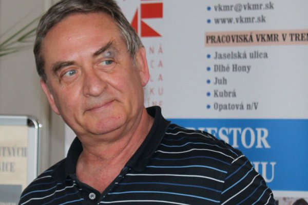 Športový lekár a publicista P. Malovič počas besedy v trenčianskej knižnici.