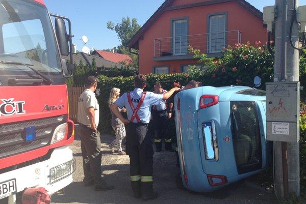 Jednej z obyvateliek Ivanky prevrátili a poškodili auto.