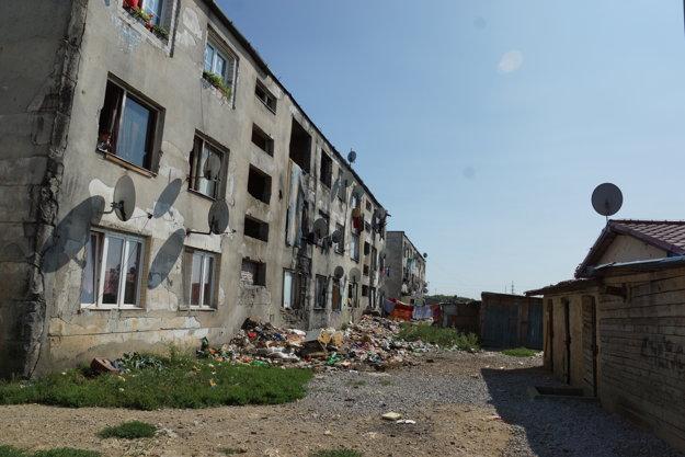Haldy smetí pred bytovkou. Obyvatelia nájomných bytov s dlhmi voči mestu odchádzajú do asi kilometer vzdialenej osady od centra.