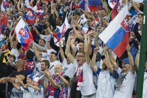Fanúšikovia hnali našich futbalistov dopredu.